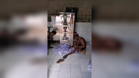 非洲机械化生产袋装水,就是不知道有没有过滤消毒