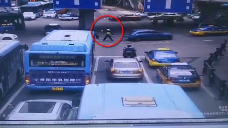 交警奔跑带领出租车逆行4分钟救人 一路上狂奔拦停车辆纷纷避让
