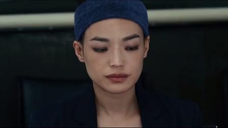 爱情片:女子正心情不好呢,男子突然拿出个礼物给她,惊不惊喜