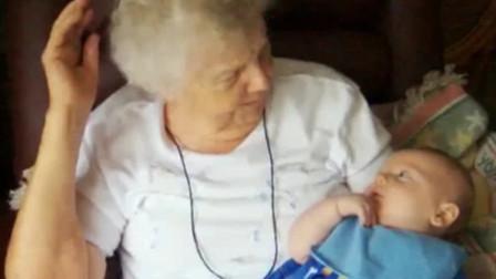 白发苍苍的老奶奶和小孙子聊天,奶奶满目慈爱的看着娃,画面太暖了
