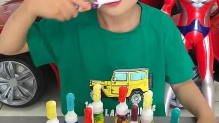 童年趣事:宝宝在用棒棒糖牙刷