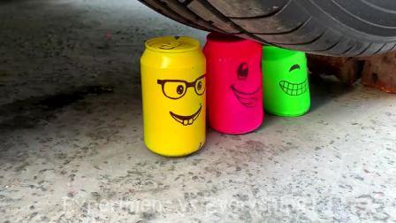 减压实验:牛人把灌水气球、坚果、减压球放在车轮下,好减压,勿模仿