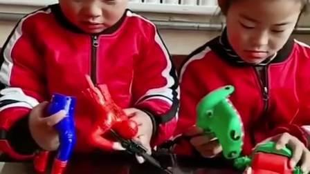 互不相让的弄坏对方的玩具,再也不给你们买了