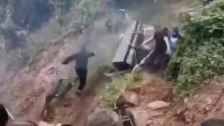 悲上加悲!云南一出殡队伍上坡时突发意外,棺材应声倒地砸伤多人