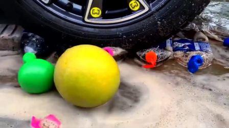 减压实验:牛人把可乐、史莱姆、陶瓷玩具放在车轮下,好减压,勿模仿