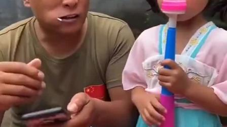 童年趣味:小宝贝爸爸为什么把小宝贝的喇叭弄坏!太坏了
