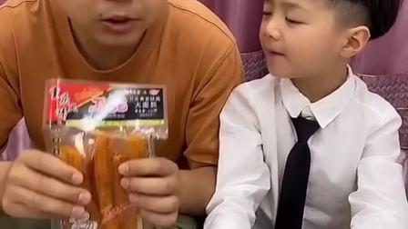童年趣事:爸爸给宝贝做了一个樱桃糖葫芦