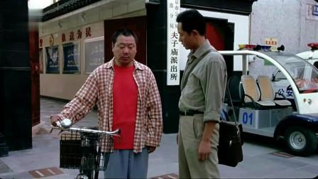 范伟经典电影,范伟骑车被女大学生追赶,上演胡同飚车