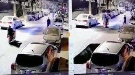 小区路面突然塌陷,路人骑车惊险经过,监控拍下塌陷瞬间!