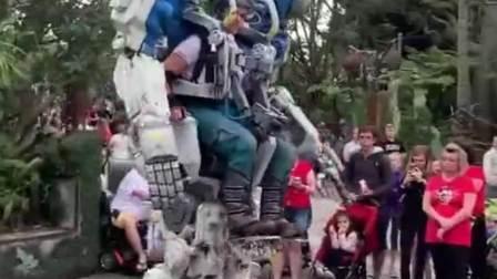 外国街头的机器人,太炫酷了,走起路来威风凛凛!