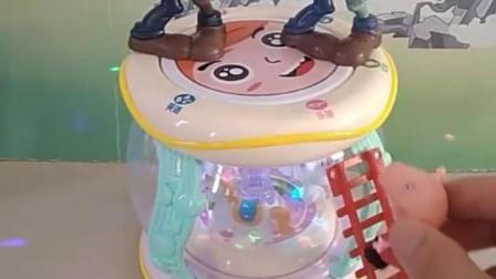 有趣的幼教玩具:佩奇和乔治一起玩旋转木马