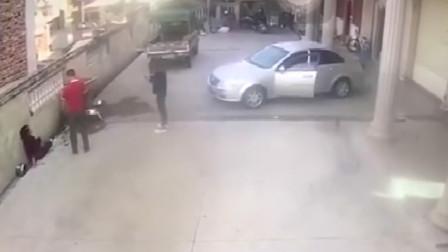 """妇女问倒车女司机自己要不要让开 对方说""""不用""""下一秒就撞人"""