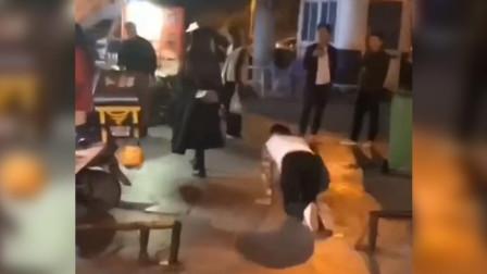 迷惑!街头男子套绳被女子牵着跪行 直到女子放话男子才站起来