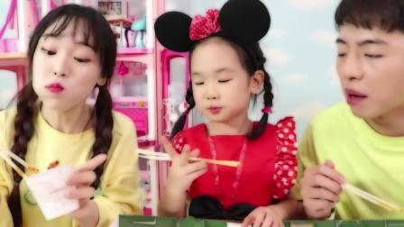 国外少儿时尚,小姑娘在吃炸鸡,真美味啊