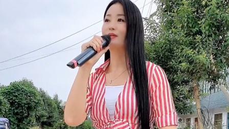 农村媳妇演唱《爱不停息》,貌美如花,嗓音还特别甜!