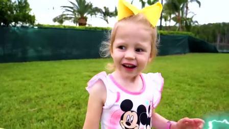 萌娃小可爱和玩偶一起找到了宝藏,小家伙们快打开看看里面是什么宝贝吧!