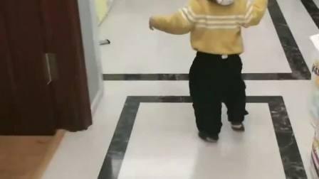 姐姐开门要去上学,下一幕弟弟的举动,感觉二胎生对了