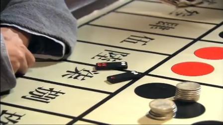 小伙赌场出老千,一翻牌瞬间变点数!转眼就赢了65块大洋!