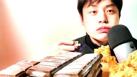 韩国大哥用炸鸡蘸巧克力吃,任谁看了都受不了