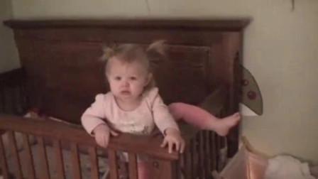 宝宝清早醒来,没想到妈妈竟不管自己,小娃生气了直接独自搬家越狱
