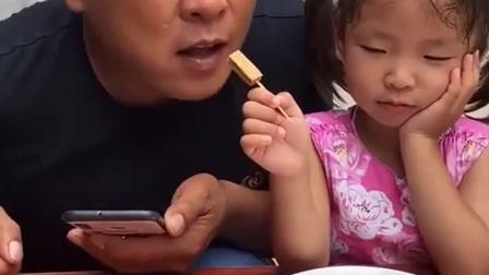 童年趣事:叫你偷吃我的零食,这下爸爸的牙齿要碎咯