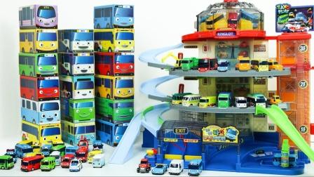 迷你汽车玩具来到多层停车场