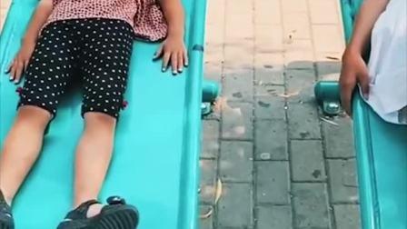 童年趣事:萌宝和姐姐出去晒太阳了