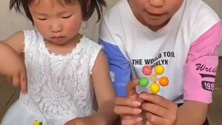 趣味童年:妹妹的糖很好吃,悄悄地吃一点
