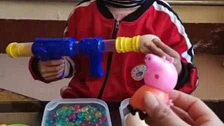 童年趣事:小妹妹玩枪了