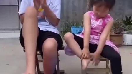 童年趣事:小朋友洗脚,这是烫脚了吗?