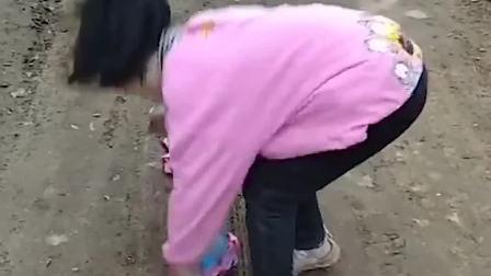 有趣童年:小萌娃捡到了糖果