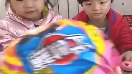 童年乐事:这么大棒棒糖,我们来一起拆开!