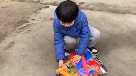 趣味童年:看到新玩具就想拆开来看。小宝贝要不要这么急啊