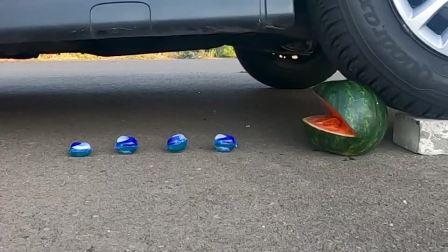 减压实验:牛人把西瓜、辣椒、面包放在车轮下,好减压,勿模仿