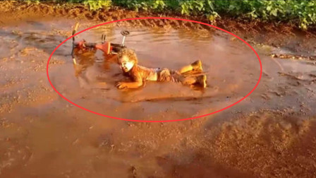 熊孩子在水坑里各种打滚,都变成泥人了,亲爸就在旁边边看边拍!