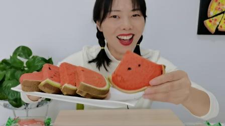 """小姐姐吃""""西瓜吐司"""",草莓粉和菠菜粉做的超逼真,松软奶香浓"""