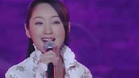 杨钰莹18年前参加《综艺大观》走进云南,一首《婚誓》唱得好甜!