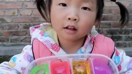 童年趣事:宝贝在玩彩色的橡皮泥