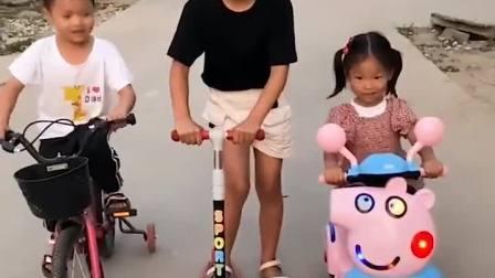 童年趣事:萌娃们骑小车比赛,摩托落后了