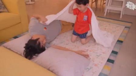爸爸哄娃睡觉,结果娃没哄睡反倒把自己哄睡了,懂事的小娃自己玩