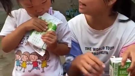 趣味童年:姐姐你这样让我怎么喝呀