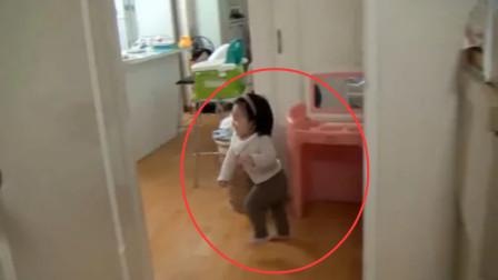 女儿每次到门口都要看一眼爸爸,逗一下就跑就希望爸爸追,太好玩了