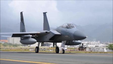 """F-15""""鹰""""战机跑道漫步 飞行员操控自如"""