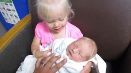 小姐姐到医院看刚出生的弟弟,直接冲进来,抱着弟弟的画面太有爱了