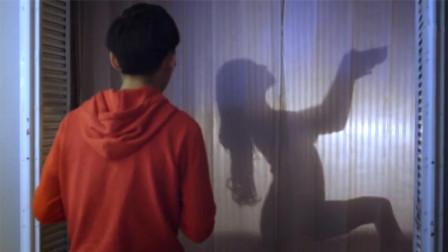 人形玩偶突然活了过来,还偷偷在浴室洗澡,小伙看后吓懵了