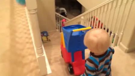 妈妈不带宝宝出去玩,没想到小娃生气了自己推着小车下楼,太好玩了