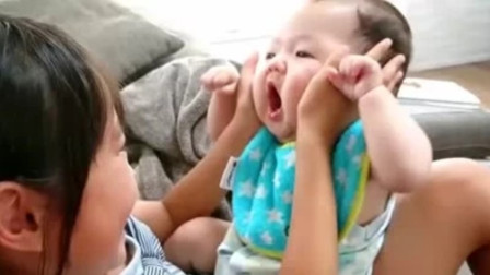 姐姐不停的挤弄宝宝小胖脸,把娃气的哇哇大叫要咬人,那画面太逗了