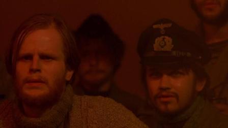 德国潜艇给予货轮最后一击,烈火熊熊,袖手旁观坐看船员烧