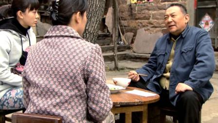 丈夫因工伤瘫痪,村长为了升职,劝他老婆不要告状,国产电影