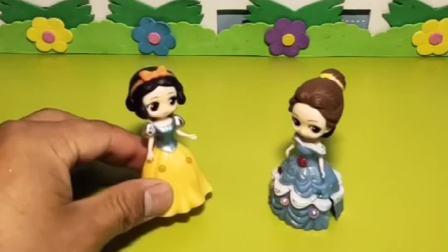 白雪和贝儿都说自己的姐姐最漂亮,把自己的姐姐带来了,大家来一起看看